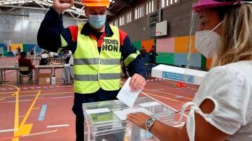 Trabajador de Alcoa votando en Galicia