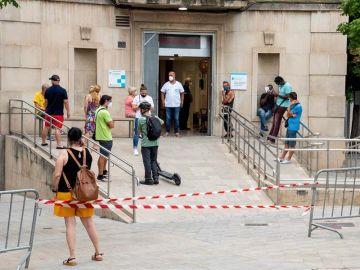 Varias personas en la entrada de un centro de Urgencias en Lleida