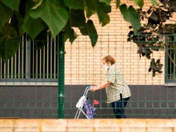 Una mujer camina por la residencia de tercera edad del Pla d'Urgell, en Lleida