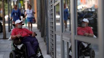 Un hombre espera para acceder a la residencia La Torrassa de L'Hospitalet