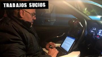 El periodista del diario Sur Juan Cano escribe en su coche durante la búsqueda de Julen en Totalán (Málaga)