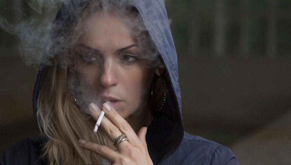 mujer fumar