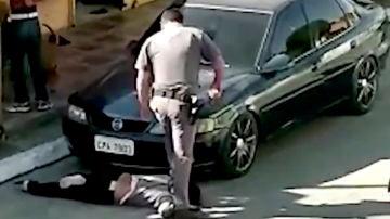 Un policía pisa el cuello de una mujer en Brasil