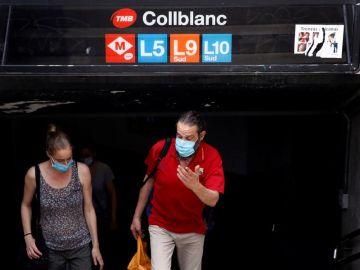 Viajeros salen con mascarilla del metro de Barcelona