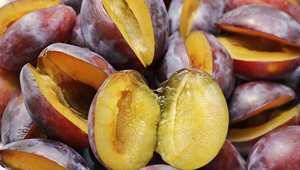 La fibra soluble de las ciruelas ayuda a regular la glucosa en sangre.