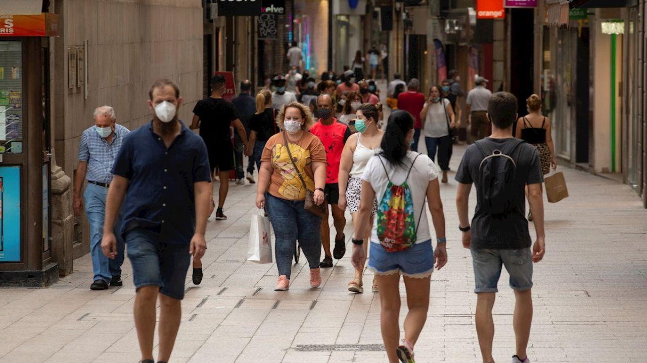 Ciudadanos caminan por el centro de Lleida