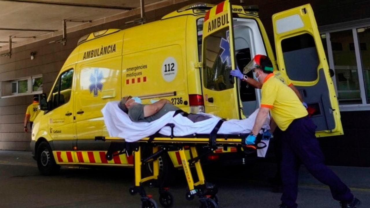 Técnicos sanitarios transportan a un enfermo en la entrada de urgencias del hospital Arnau de Vilanova de Lleida