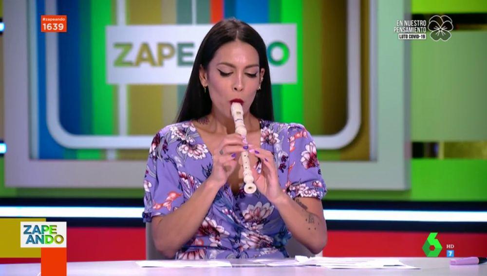 Lorena Castell toca en pleno directo la canción 'Baby shark' con una flauta