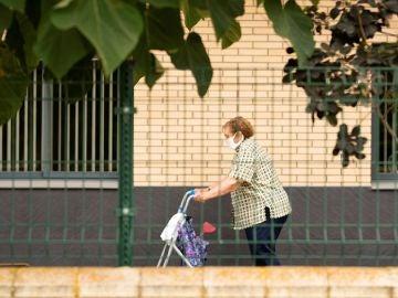 Imagen de una mujer de la tercera edad caminando por la residencia de tercera edad del Pla d'Urgell, en Lleida