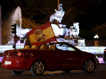 Aficionados del Real Madrid, en su coche por Cibeles