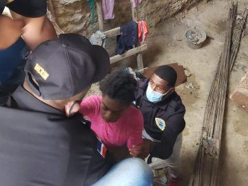 Rescatan a tres niñas víctimas de malos tratos a las que mantenían encerradas en el fondo de una cisterna