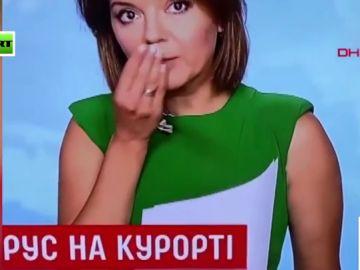 El momento en el que una presentadora intenta disimular mientras se le cae un paleto en pleno directo