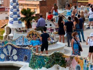 Varios visitantes en el parque Güell de Barcelona