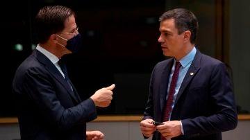 Pedro Sanchez habla con el primer ministro holandés Mark Rutte