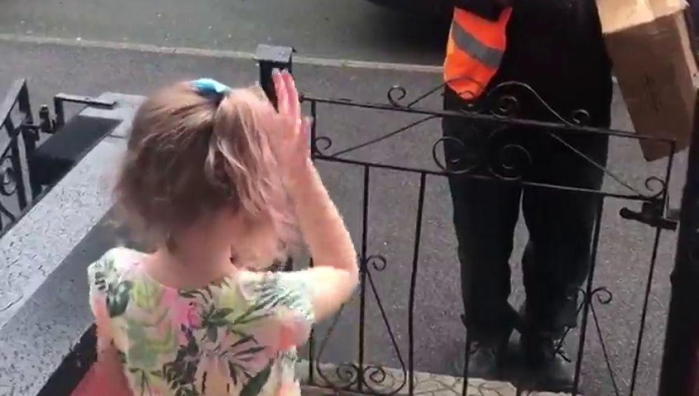 El emotivo vídeo de la amistad entre un cartero sordo y una niña