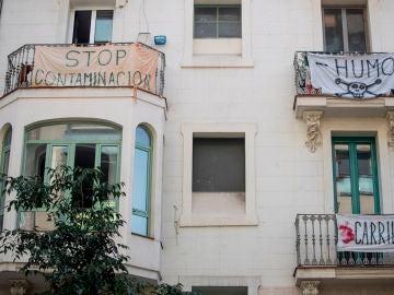 Vista de varios carteles contra la contaminación en un barrio de Barcelona
