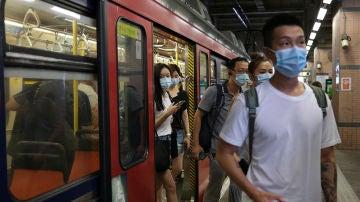 Ciudadanos de Hong Kong con mascarillas