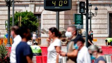 Imagen de personas caminando por la calle a 40 grados