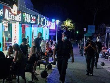 Miembros de la guardia civil patrullan las calles adyacentes a Punta Ballena en Magaluf