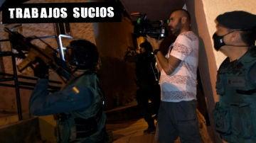 Juan Santander, cámara de La Sexta, durante una operación antidroga del GAR de la Guardia Civil en Ceuta