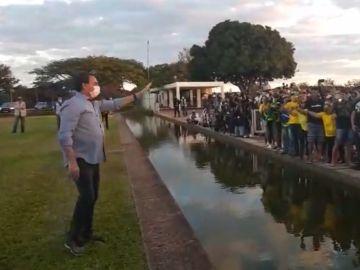 El presidente de Brasilrecibe a simpatizantes en los jardines del Palacio da Alvorada,