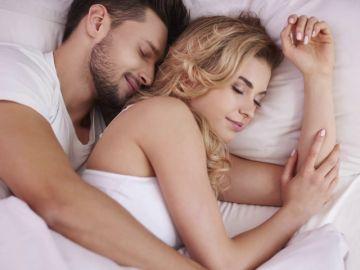¿Dormir solos o en pareja? La ciencia desvela cómo se descansa mejor