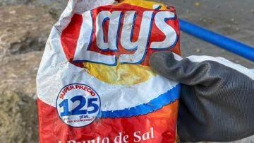 Bolsa de patatas encontrada en una playa de Alicante