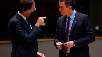 El primer ministro de Holanda, líder de los países frugales, con el presidente del Gobierno Pedro Sánchez en la cumbre europea del pasado 18 de julio.