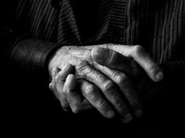Imagen de archivo de la manos de un hombre anciano