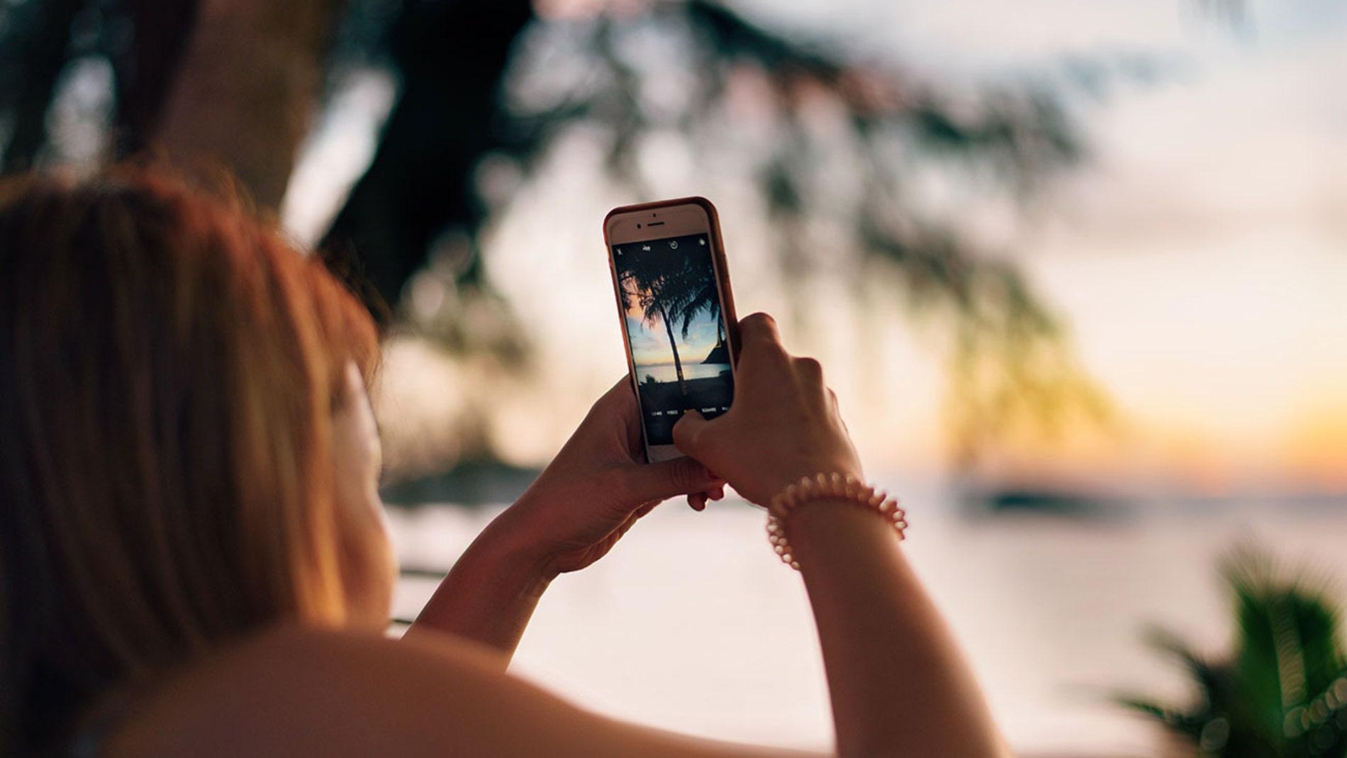 Con el móvil en la playa