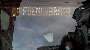 El autobús del Fuenlabrada aparcado a las puertas del hotel Finisterre de A Coruña
