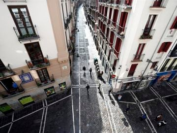 Personas hacen cola para entrar a un comercio en Pamplona