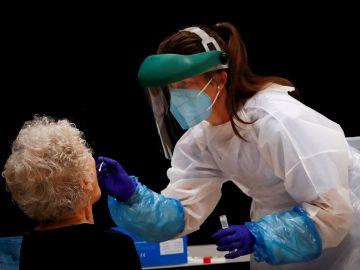 Una sanitaria realiza pruebas PCR