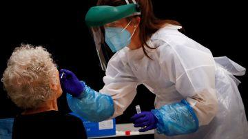 Una sanitaria realiza pruebas PCR en San Sebastián