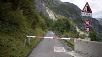 Vista de una carretera de la presa del embalse de Gigerwald, en Vaettis, Suiza