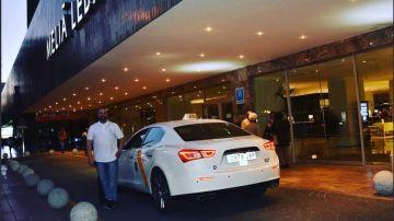 El dueño del 'Taxirati' junto a su vehículo en Sevilla
