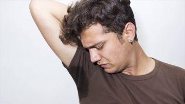 Descubren el origen del olor corporal por el cual algunas personas huelen mal