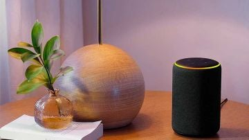 Amazon Echo con luz amarilla