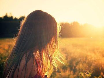 Imagen de archivo de una joven de espaldas