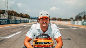 Carlos Sainz, con su casco para el GP de España