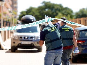 Agentes de la Guardia Civil acuden al domicilio del hombre que ha apuñalado este domingo a sus dos hijos menores