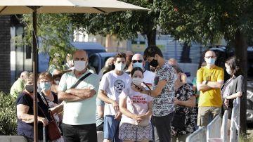 Vecinos del barrio barcelonés de Torre Baró se hacen pruebas masivas