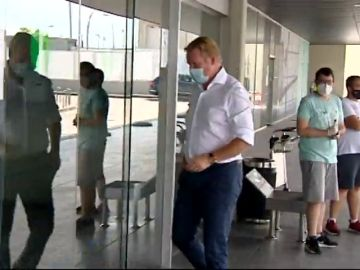 laSexta Deportes 'caza' a Ronald Koeman en el aeropuerto de El Prat: ¿fichaje inminente?