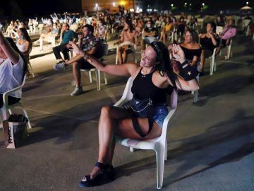 """Jóvenes bailan sentados en el festival """"Live Mar Menor"""" guardando la distancia"""