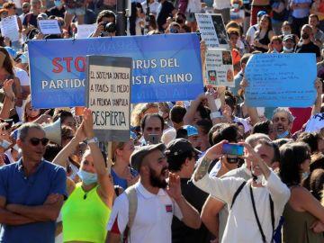 Vista de los asistentes a la manifestación en la Plaza de Colón.