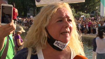 Una de las asistentes a la manifestación negacionista de Colón.