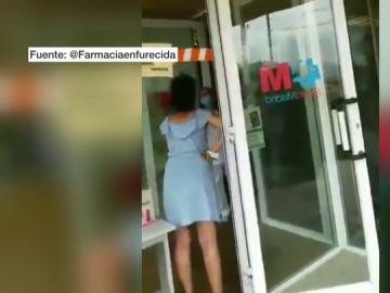 """Una mujer increpa a los sanitarios en un centro de salud: """"Sois cómplices de la 'plandemia', del 'coronatimo'"""""""