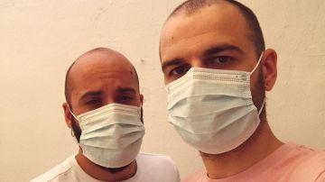 Mario y Rafa comparten una fotografía llevando mascarillas