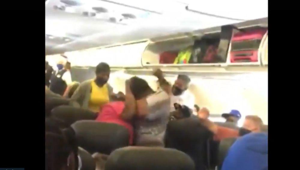 Algunos viajeros grabaron con sus teléfonos la pelea