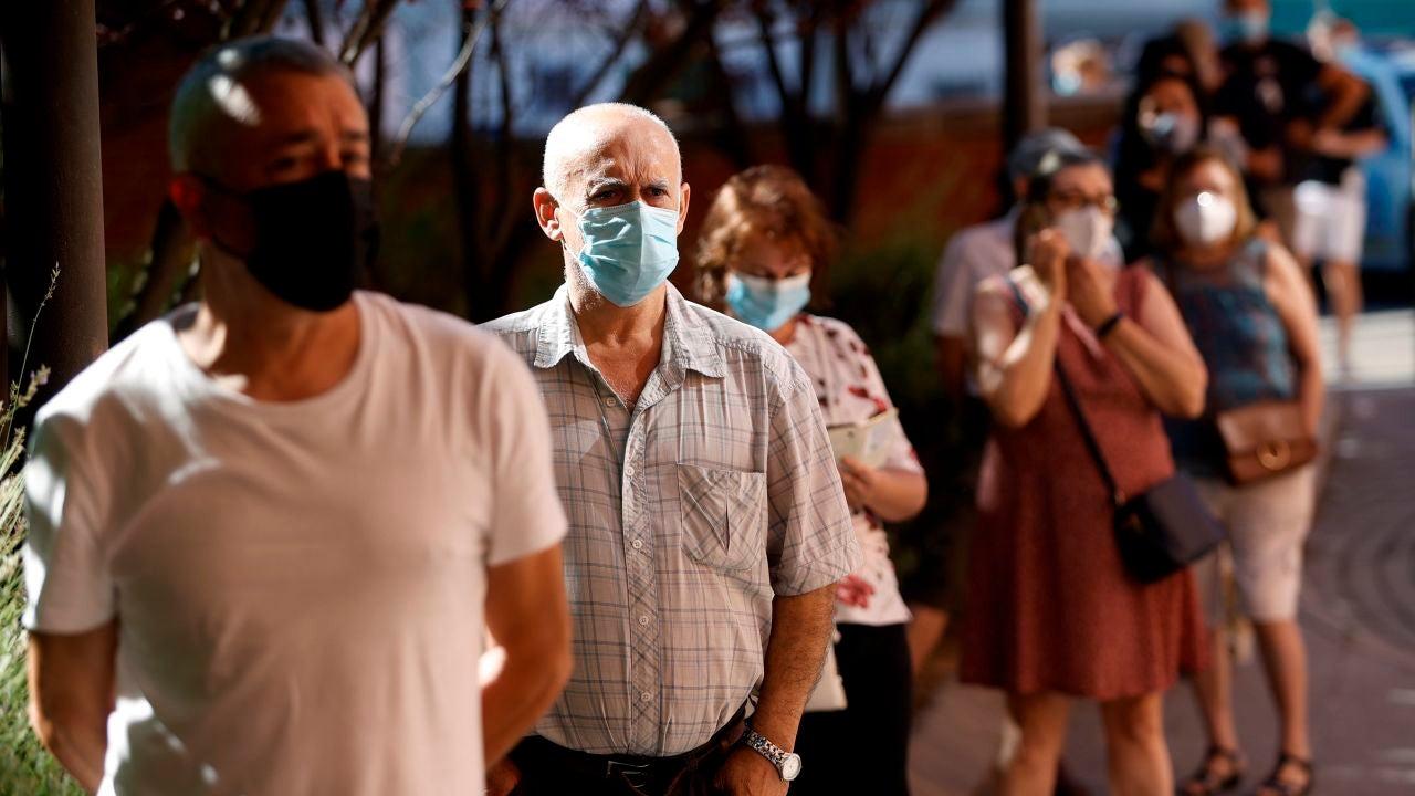 Varias personas esperan su turno para hacerse una PCR en el Centro de Salud de Los Ángeles, en el distrito de Villaverde, este miércoles.
